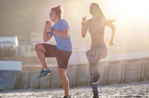 Exercícios cardiovasculares com levantamento de pernas