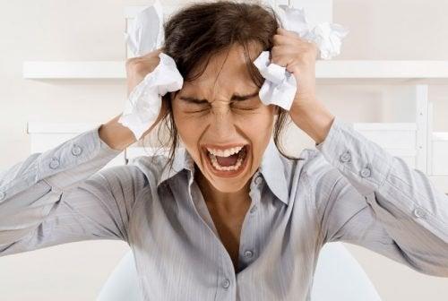 Mulher tendo crise nervosa
