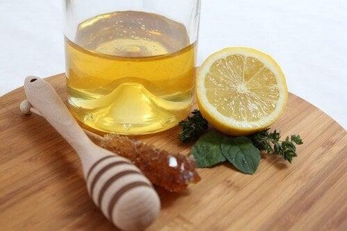 O clássico xarope caseirode mel com limão ainda continua a figurarcomoum complemento para ajudar a aliviar os sintomas de problemas respiratórios