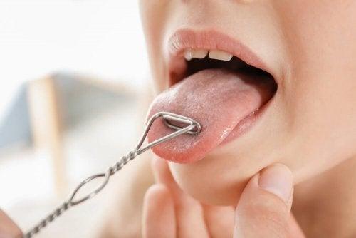 Exercício com a língua para reduzir a papada