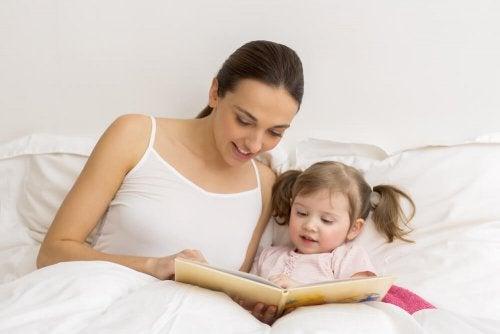Mãe lendo para sua filha