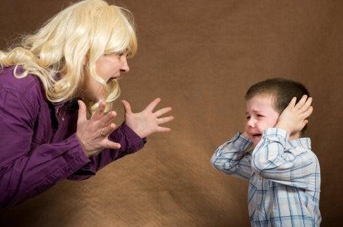 Mãe gritando com o filho