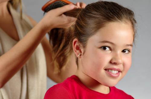 Escovar o cabelo ajuda a eliminar a caspa em crianças