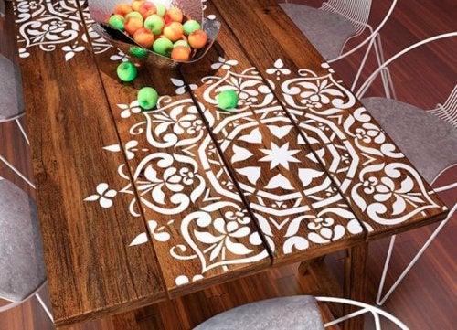 Mesa decorada com mandalas