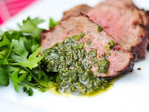 Carne com molho chimichurri