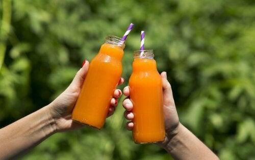 Shake de laranja, aipo, hortelã e salsinha