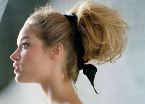 Mulher com penteado preso