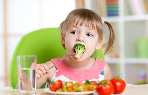Criança comendo verduras