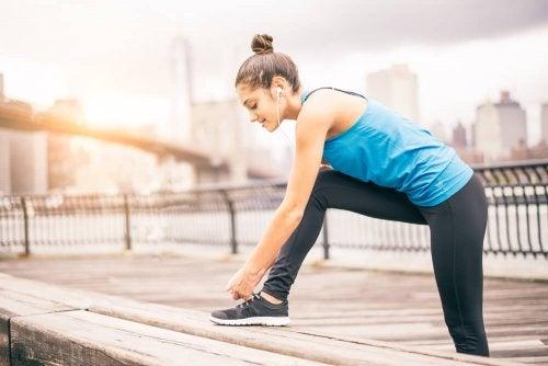 Mulher fazendo treinamento oclusivo e hipertrofia muscular