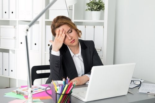 Mulher se sentindo cansada de trabalhar