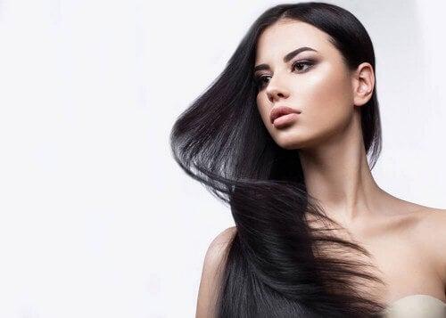 A hortelã é um dos melhores remédios que existe para prevenir a atrofia do folículo piloso. Além disso, ajuda a fortalecer o cabelo e dá brilho