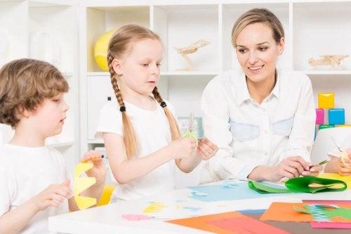 Crianças com transtornos do espectro autista fazendo atividades manuais