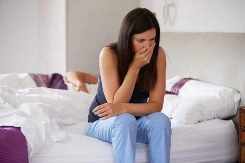 Mulher se sentindo mal em sua cama