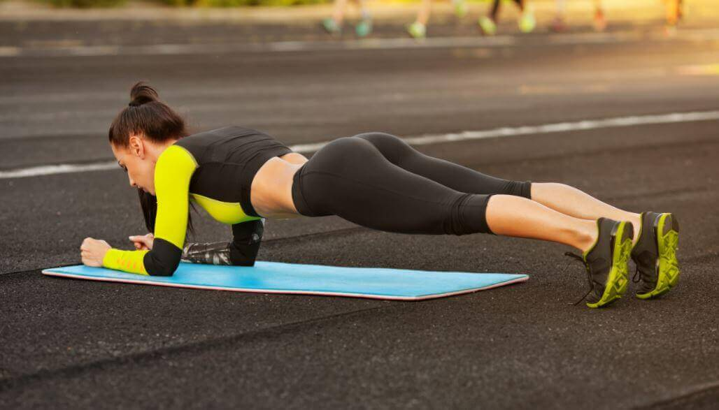 5 exercícios simples e caseiros para modelar o corpo