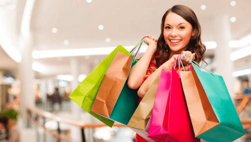 Mulher no shopping com sacolas de compras