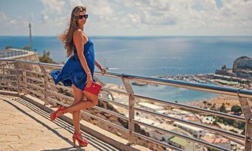 Escolha saltos de cor para combinar com seus vestidos