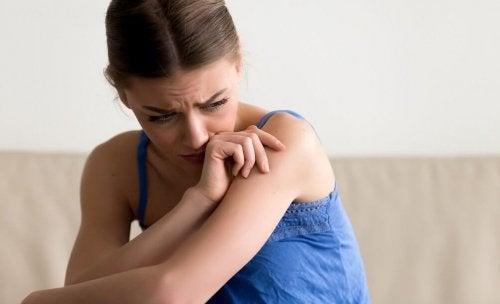 Mulher enfrentando dificuldades