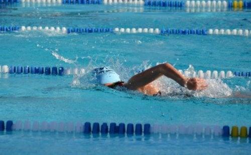 Mulher praticando natação