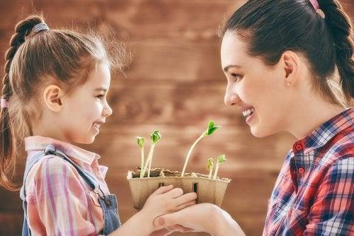 Filha com sua super mãe plantando