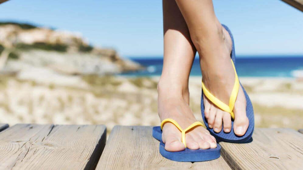 Os chinelos de praia e os possíveis problemas nos pés