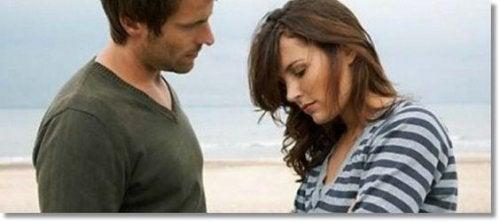 Casal conversando na praia