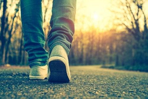 Homem caminhando