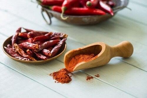 A pimenta-caiena conta com uma substância ativa conhecida como capsaicina que pode ajudar a dissolver o muco para reduzir a congestão e a coriza