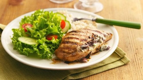 Peito de frango com salada e arroz