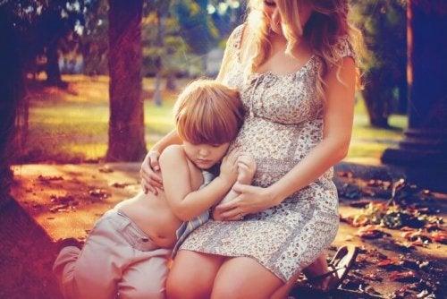 Mãe preparando seu filho para receber o irmãozinho