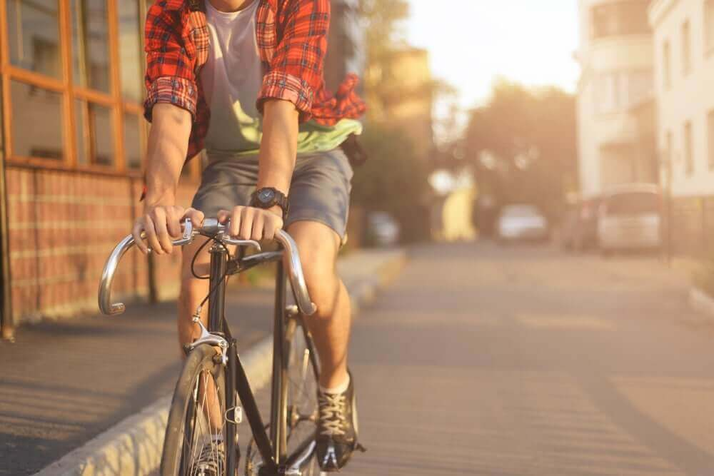 Rapaz andando de bicicleta