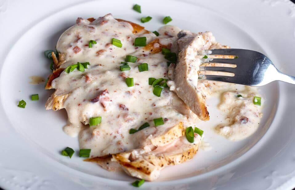 Deliciosa receita de peito de frango com molho de queijo