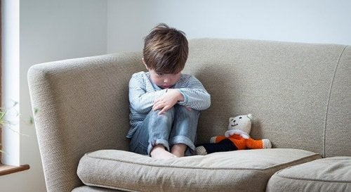 Menino com transtorno do espectro autista