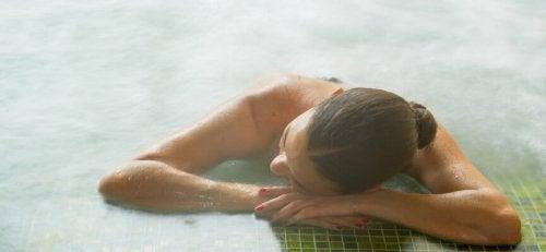 Mulher em piscina com águas termais