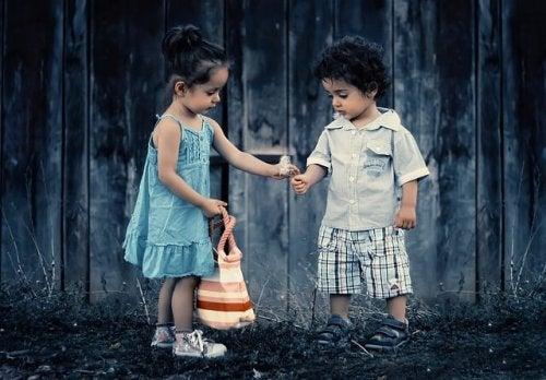 Crianças brincando com flores