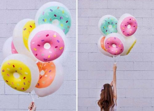 Decoração com balões em forma de donut