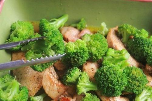 Salada de brócolis com frango