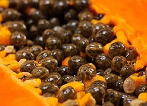 Benefícios do consumo das sementes do mamão