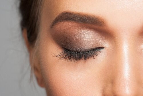 Mulher usando um segredo de maquiajem nos olhos