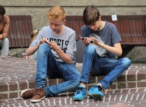 Crianças do século 21 com celular
