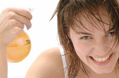 Mulher usando produto para manter o cabelo ruivo