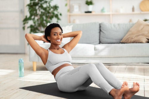 Dieta saudável e exercícios para trabalhar as regiões difíceis da mulher