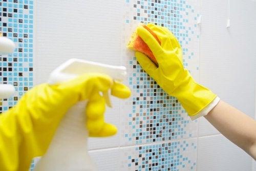 Receitas naturais para remover o calcário do banheiro
