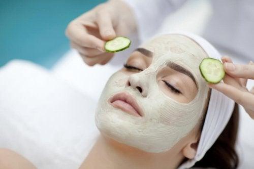 Mulher usando máscara hidratante para hidratar a pele