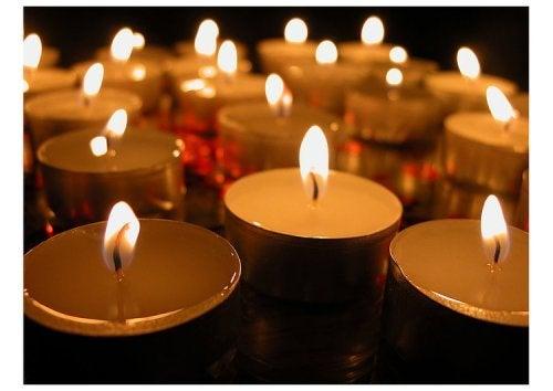 Decoração com velas e copos
