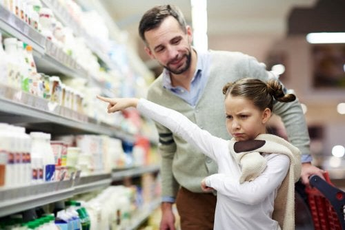 Pai do século XXI no supermercado com sua fILHA