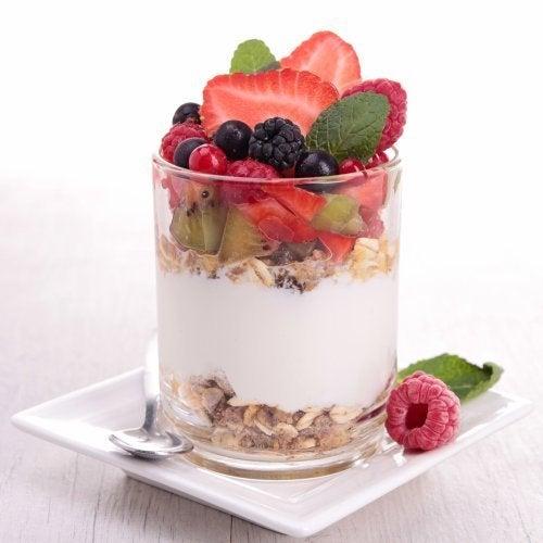 Iogurte com muesli e frutas