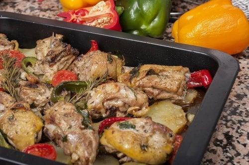 Receita deliciosa de frango assado com batatas e cenouras