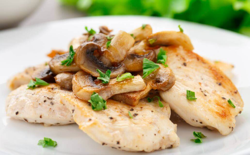Receita para preparar filé de frango gratinado com cogumelos
