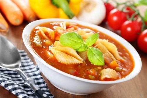 Sopa de urtiga, cogumelos e macarrão