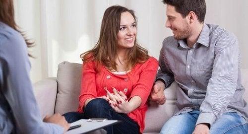 Casal resolvendo seus problemas com um psicólogo de casal